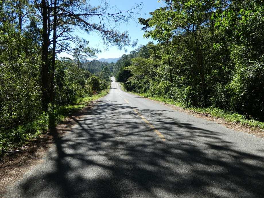 route-deserte-au-milieu-des-lagos-de-montebello