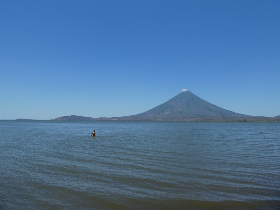 baignade vue sur le volcan