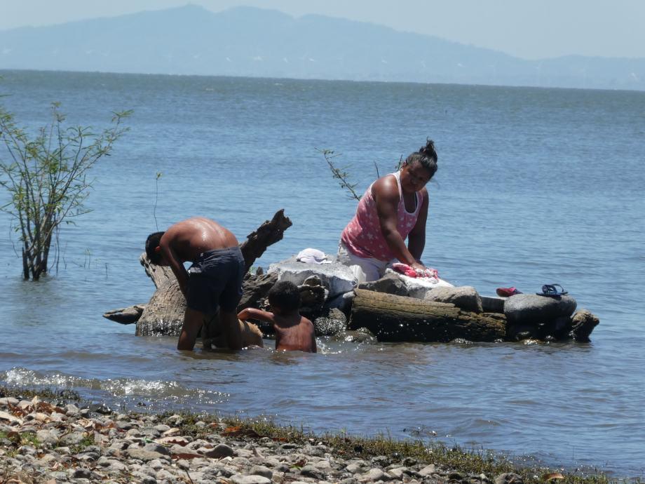 lessive dans le lac.JPG